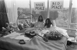 john-lennon-yoko-ono-bed-in-for-peace-amsterdam-1969